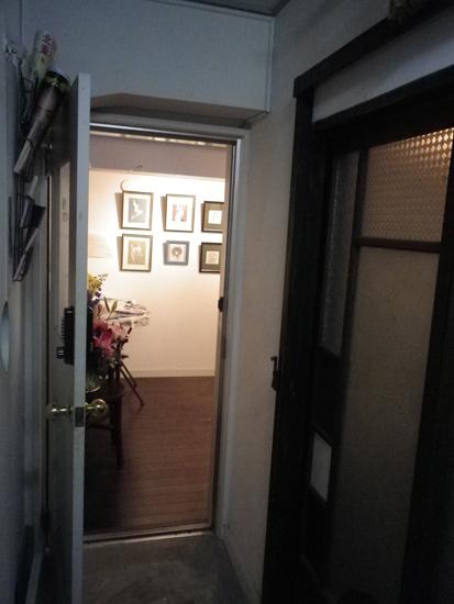 会場の前の廊下から。奥が銀座モダンアート